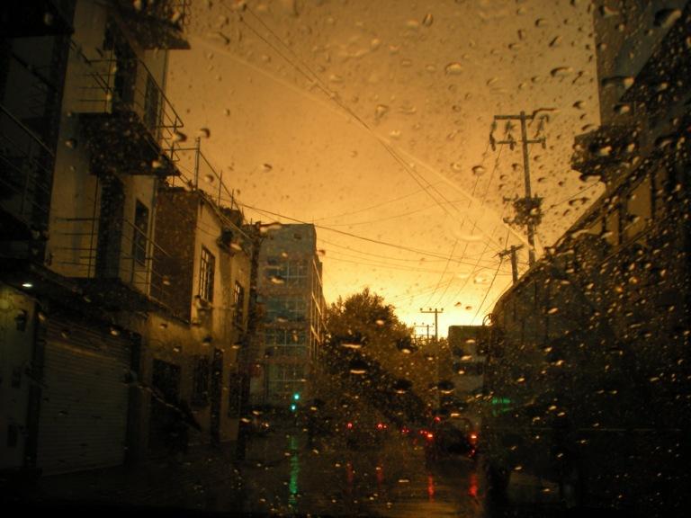 여름은 멕시코 시티의 우기, 쨍쨍하다가도 저녁이면 비가 오곤한다.